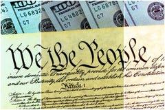 Costituzione degli Stati Uniti con cento banconote in dollari che si siedono sopra - concetto di crisi del soffitto di debito deg Immagine Stock Libera da Diritti