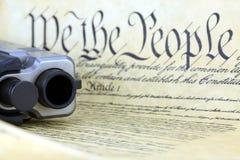 Costituzione degli Stati Uniti con la pistola della mano Fotografie Stock