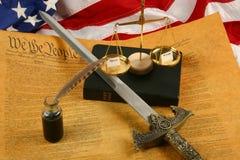 Costituzione di Stati Uniti, penna di spoletta, bibbia, scale che pesano misericordia e rabbia e bandierina Fotografie Stock Libere da Diritti