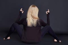 Costituzione fisica sportiva della bella giovane donna bionda sexy Fotografie Stock