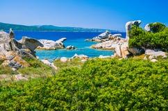 Costline用花岗岩岩石和天蓝色的水在波尔图Pollo,撒丁岛,意大利附近 免版税库存照片