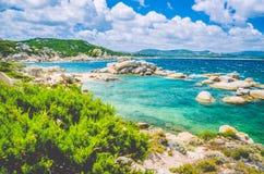 Costline Косты Serena с песчаником трясет в море, Сардинии, Италии Стоковые Изображения RF