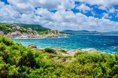 Costline Косты Serena с песчаником трясет в море, Сардинии, Италии Стоковая Фотография RF