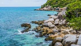 Costline островов Дао Koh в Таиланде Утесы гранита и голубая чистая вода ударяя утесы Стоковое Изображение