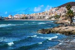 Costline av semesterorten för Los Cristianos i den Tenerife ön arkivfoton