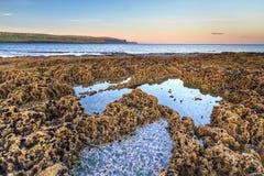 Costline rocoso de Océano Atlántico en la salida del sol Imagen de archivo