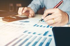 Costo calcolatore di contabilità dell'uomo di affari economico Fotografie Stock Libere da Diritti
