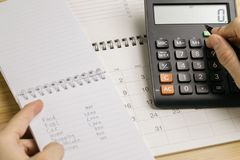 Costo, coste y concepto del cálculo del pago, holdi femenino de la mano fotos de archivo