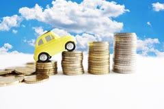 Costo crescente di manutenzione delle automobili con la piccola automobile di modello sulle scale dei contanti Fotografia Stock Libera da Diritti