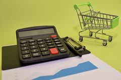 Costo ed analisi del bilancio del calcolatore e del carrello finanziari Concetto di finanza e di affari della scrivania fotografia stock libera da diritti