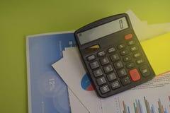 Costo ed analisi finanziari e lavoro di ufficio del bilancio del calcolatore Concetto di finanza e di affari della scrivania immagini stock libere da diritti