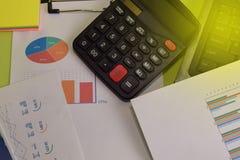 Costo ed analisi finanziari e lavoro di ufficio del bilancio del calcolatore Concetto di finanza e di affari della scrivania fotografie stock