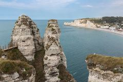 Costo famoso con le scogliere del calcare vicino a Etretat in Normandie, Francia Fotografia Stock