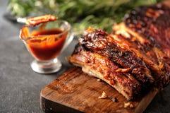 Costole arrostite col barbecue deliziose esperte con una salsa d'unto piccante Fotografie Stock Libere da Diritti