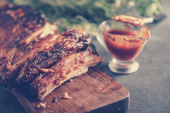 Costole arrostite col barbecue deliziose esperte con una salsa d'unto piccante e Fotografia Stock