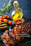 Costole arrostite col barbecue deliziose esperte con una salsa d'unto piccante e servite con tagliato Fotografie Stock Libere da Diritti