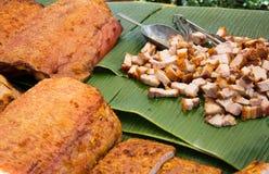 Costole deliziose del BBQ con stile tailandese tostato del pane nel mercato immagine stock