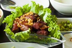 Costole di carne di maiale acide fritte scalpore. Fotografia Stock Libera da Diritti