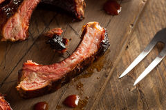 Costole di carne di maiale affumicate casalinghe del barbecue Fotografie Stock