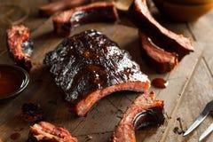 Costole di carne di maiale affumicate casalinghe del barbecue Fotografia Stock Libera da Diritti