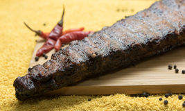 Costole di carne di maiale affumicate con i peperoncini rossi Immagini Stock Libere da Diritti