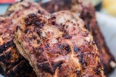 Costole di carne di maiale arrostite sul barbecue Fotografie Stock Libere da Diritti