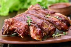Costole di carne di maiale arrostite sul piatto Fotografie Stock Libere da Diritti