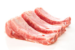 Costole di carne di maiale crude su bianco Fotografie Stock