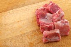 Costole di carne di maiale crude su un tagliere - alto vicino Fotografia Stock Libera da Diritti