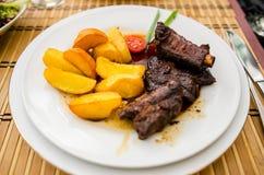 Costole di carne di maiale cucinate birra nera Fotografie Stock Libere da Diritti