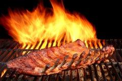 Costole di carne di maiale della parte posteriore del bambino del BBQ sulla griglia ardente calda Immagine Stock