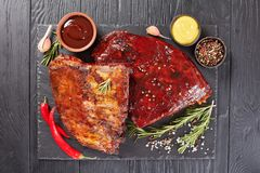 Costole di carne di maiale affumicate casalinghe succose del barbecue fotografia stock libera da diritti