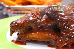 Costole di carne di maiale appiccicose del barbecue fotografia stock