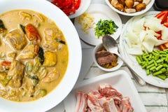 Costole di carne di maiale bollite del curry sulla tavola di legno immagini stock