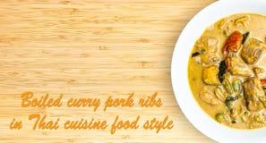 Costole di carne di maiale bollite del curry sulla tavola di legno immagine stock libera da diritti
