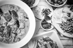 Costole di carne di maiale bollite del curry sulla tavola di legno fotografia stock