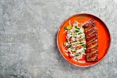 Costole di carne di maiale del barbecue Fondo grigio, vista superiore, spazio per testo immagini stock