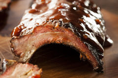 Costole di maiale affumicate della carne di maiale del barbecue fotografie stock libere da diritti