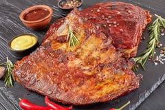 Costole di maiale affumicate saporite della carne di maiale del barbecue fotografie stock libere da diritti