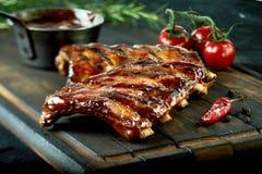 Costole di maiale arrostite calde piccanti da un BBQ di estate immagine stock
