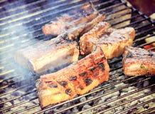 Costole di maiale fumose su una griglia fotografia stock