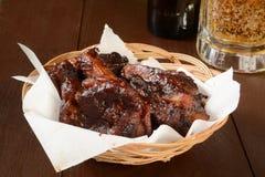 Costole e birra di carne di maiale del BBQ Fotografie Stock Libere da Diritti