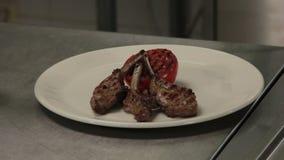 Costole fritte contorni del cuoco unico stock footage