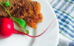 Costoleta com salada do pão e de foguete Imagens de Stock