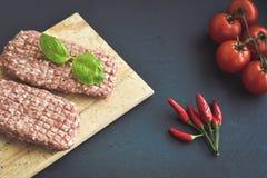 costoleta do bife da carne crua para o hamburguer imagens de stock