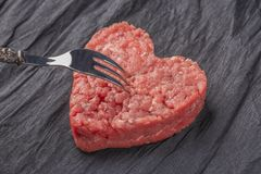 Costoleta suculenta bonita da carne em um fundo preto de contraste fotografia de stock royalty free