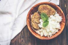 Costoletas com arroz branco em uma bacia Foto de Stock Royalty Free