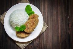 Costoletas com arroz branco em uma bacia Fotos de Stock