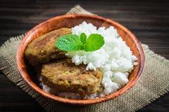 Costoletas com arroz branco em uma bacia Fotografia de Stock