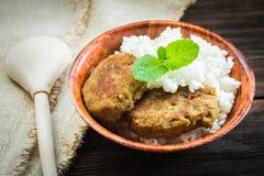 Costoletas com arroz branco em uma bacia Fotografia de Stock Royalty Free